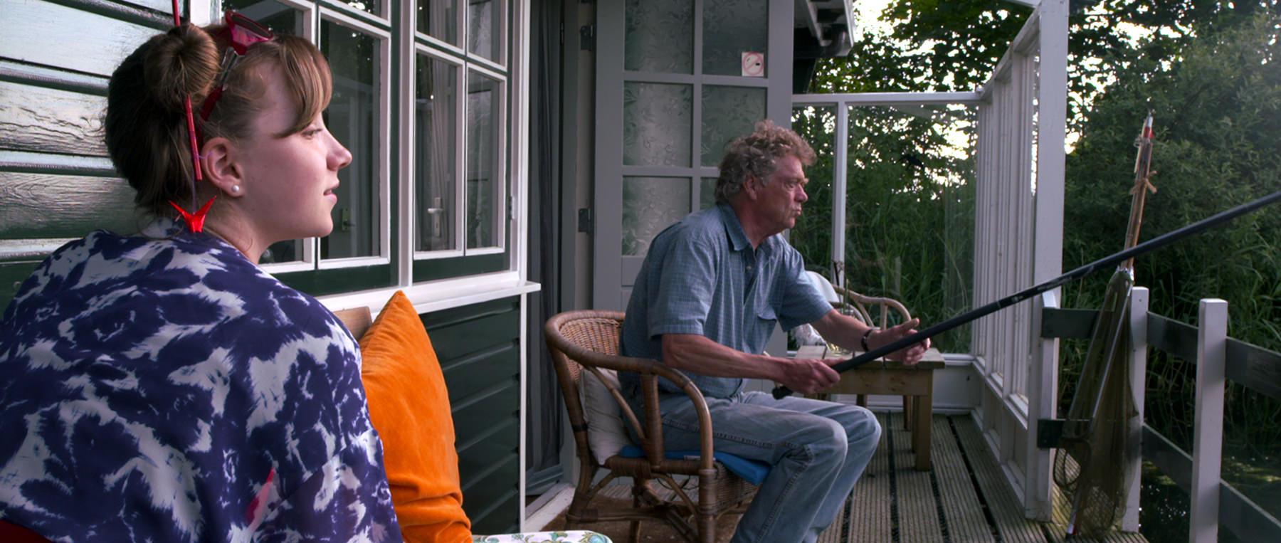 "Filmstill uit ""2 Look 4 a View"" met Teuntje Post en Joop Wittermans"