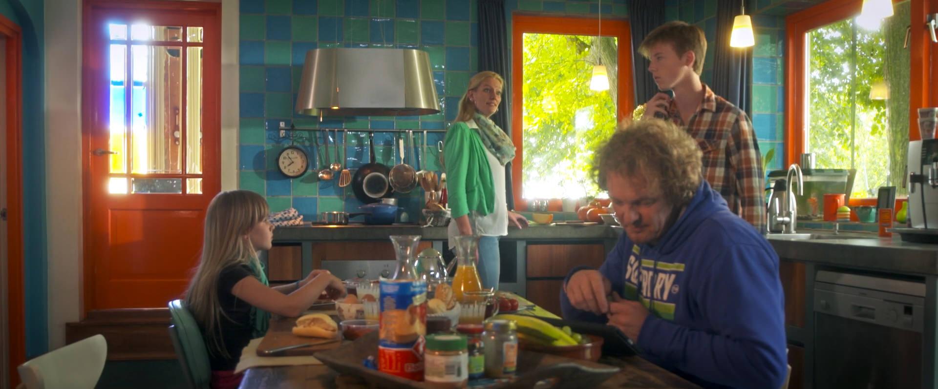 "Filmstill uit ""D.E.A.L. de Pilot"" met Aiko Beemsterboer, Cecile Clappers, Stijn Karssies en Drewes Wildeman."