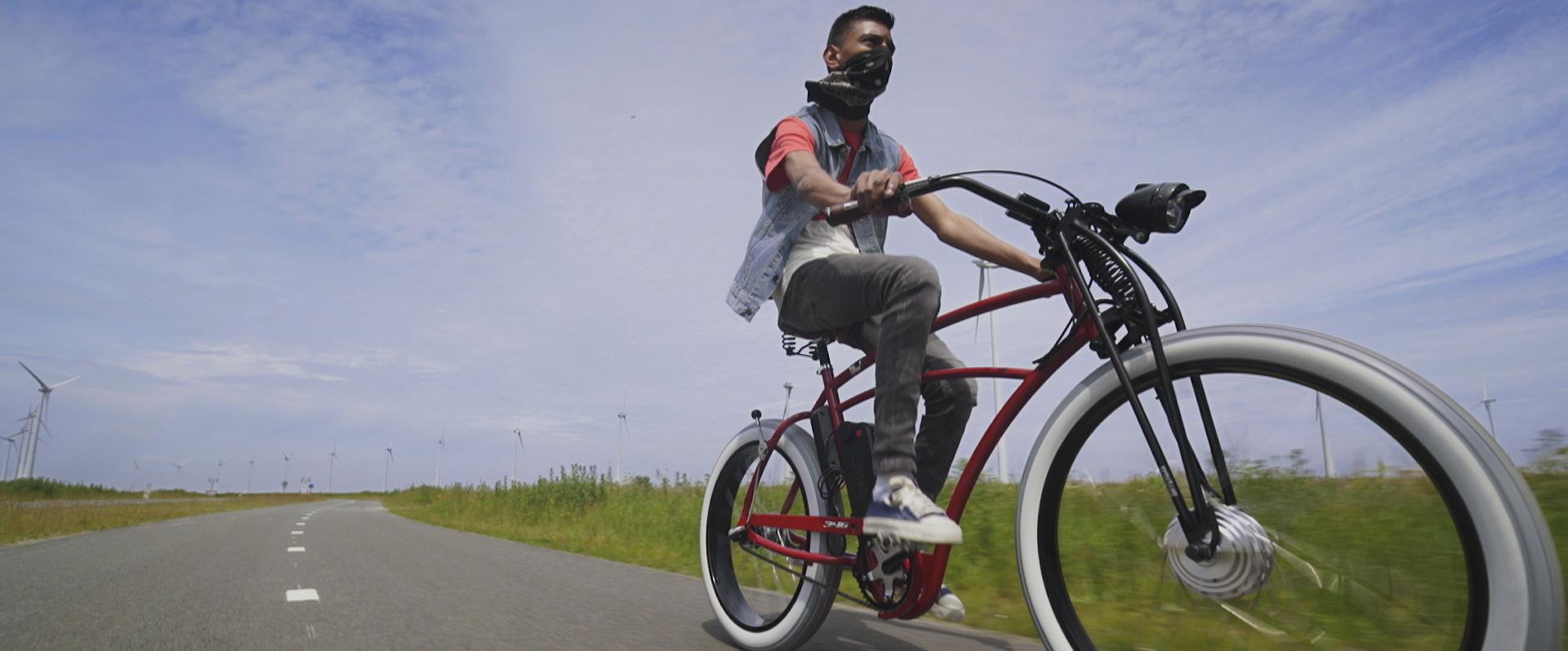 """Filmstill uit """"Tour de Force"""" met Rohan Sukhraj"""